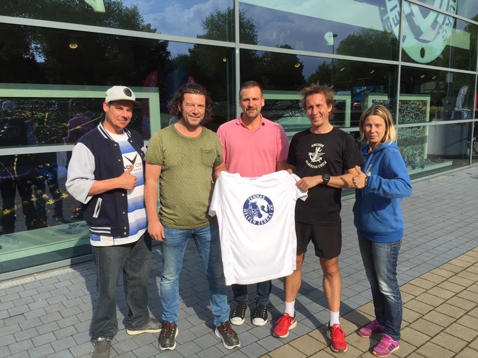 Übergabe ZhZ-T-Shirt an Marcel Reuling