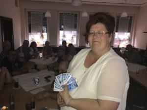 Angie Fickert praesentiert die druckfrischen Mitgliedsausweise.